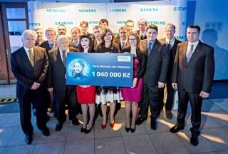 Vítězové všech kategorií přebírají symbolickou výhru 1 040 000 korun.