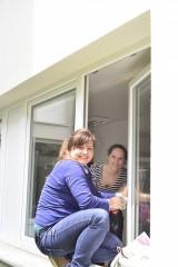 Nebude tam ani šmouha. Holky z Prahy se vydaly umýt okna do pražské organizace Pohoda.