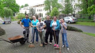 Skupinové foto ostravských dobrovolníků po namáhavé práci v domově Sluníčko.