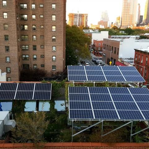 Střechy v Brooklynu pokryly solární panely